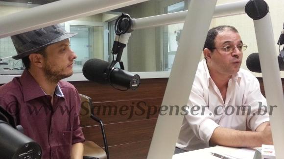 FOTO: Samej Spenser e Valdecy Carneiro no estúdio da Rádio Mundial